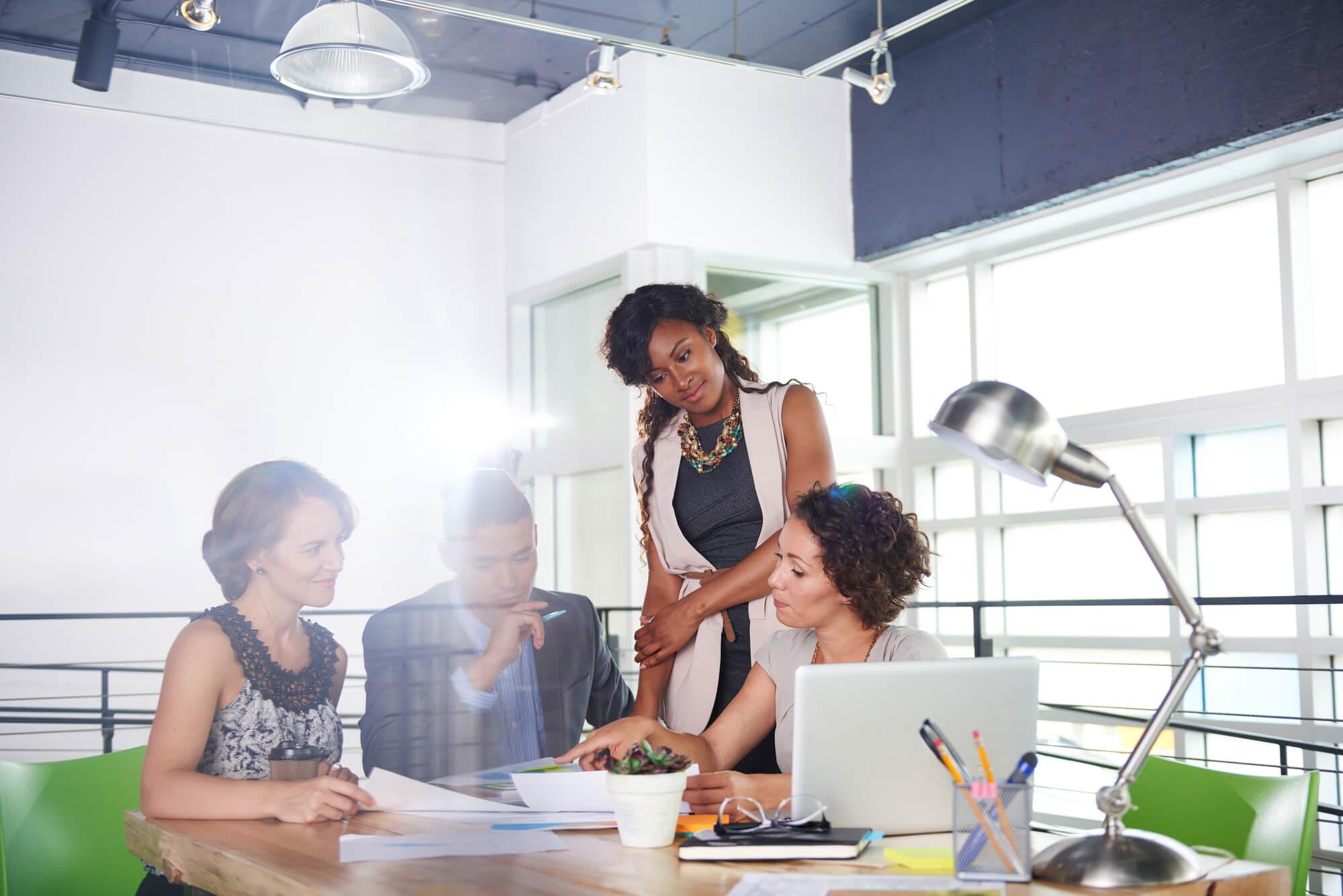 Na imagem, pessoas discutem se a empresa deles precisa de uma agência de comunicação integrada.