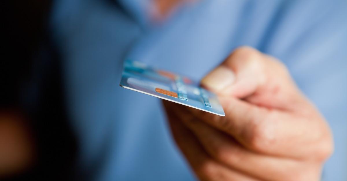 Na imagem, um rapaz entrega um cartão de crédito pois já é cliente fidelizado.