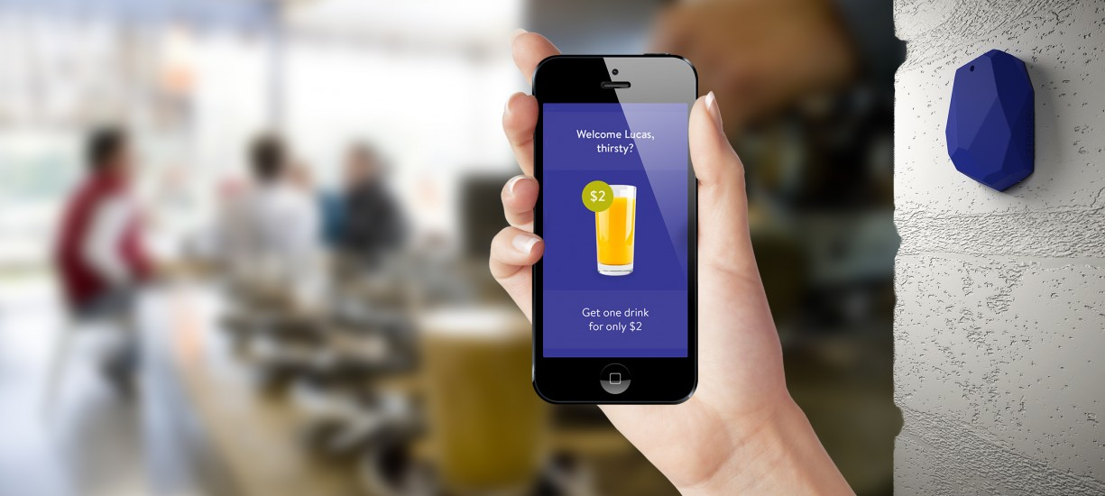 Na imagem, uma pessoa usa um aplicativo de compra de uma loja dentro da própria loja, ilustrando o que é omnichannel.