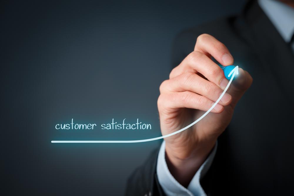 Na imagem, um homem mede a satisfação dos clientes.