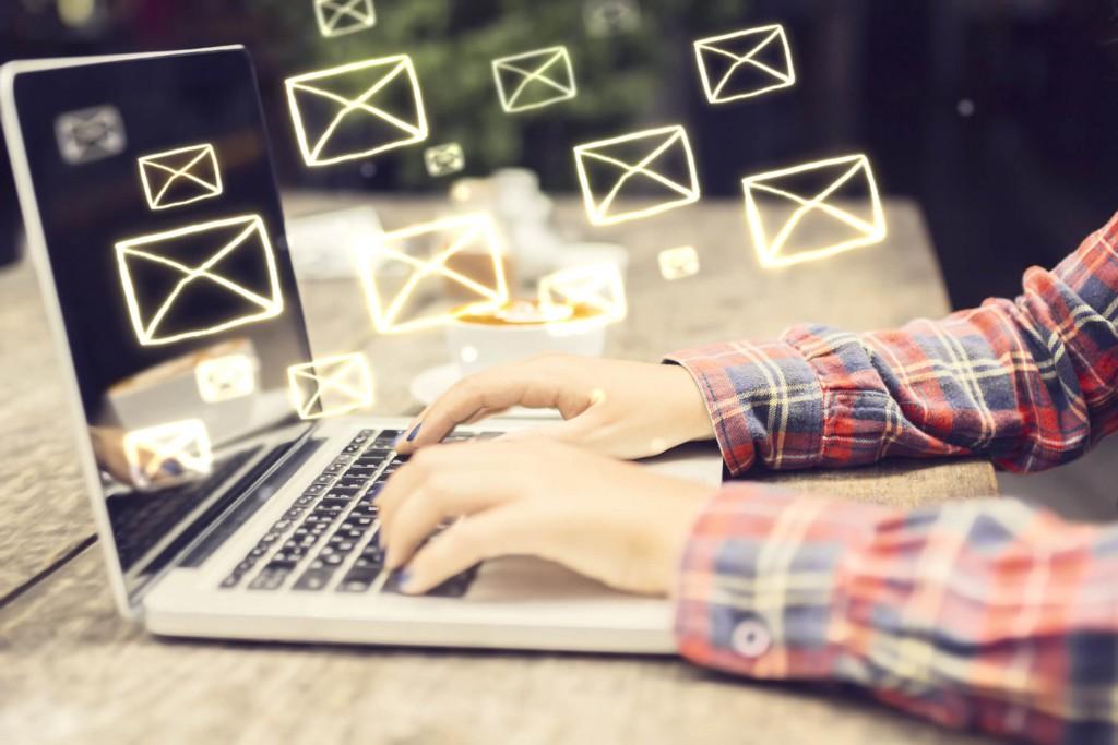 Na imagem, um rapaz faz disparos de e-mail marketing.