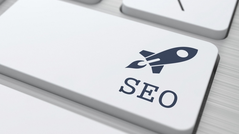 Na imagem, uma tecla com o ícone de um foguete escrito SEO fazem referência a como o SEO dá um boost no seu site.