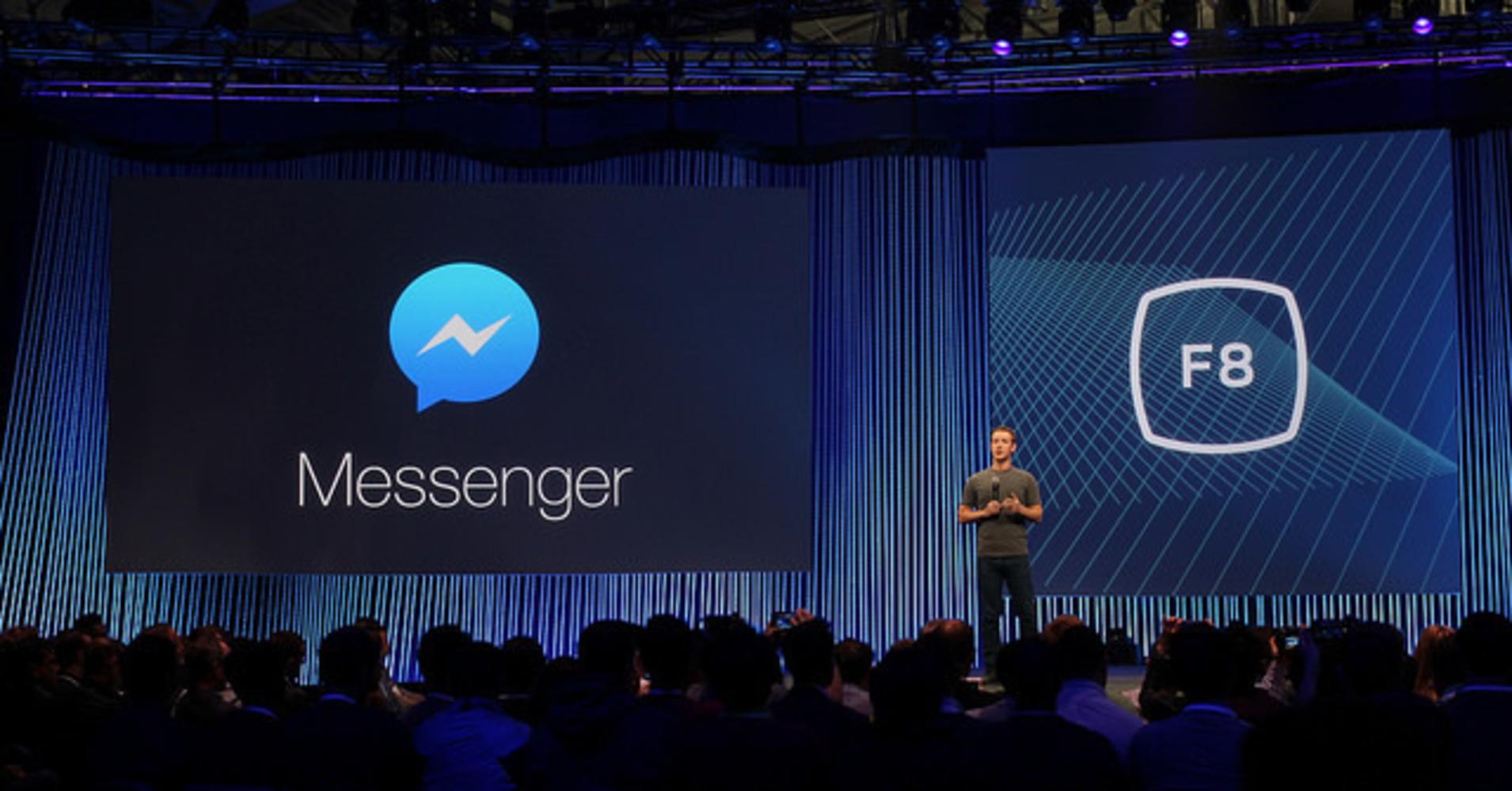 Na imagem, o fundador do Facebook, Mark Zuckerberg, fala sobre o Facebook Messenger em uma conferência.