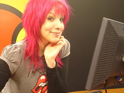 Na imagem, Mari Moon, apresentando um programa na MTV.